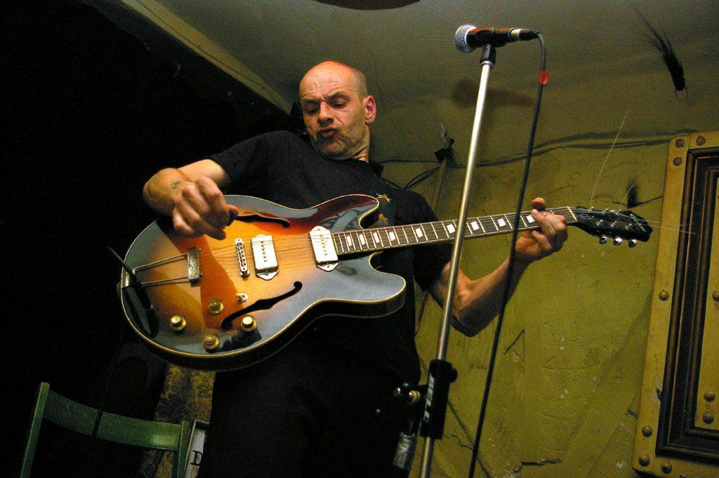 Lutz Drenkwitz mit E-Gitarre auf der Bühne
