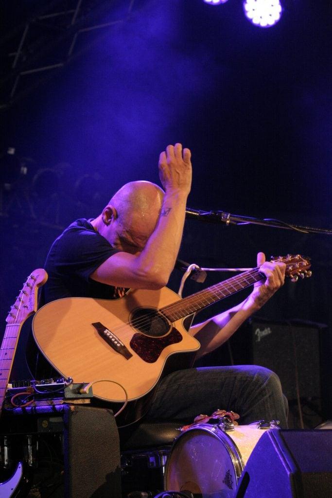 Lutz Drenkwitz mit Gitarre auf der Bühne