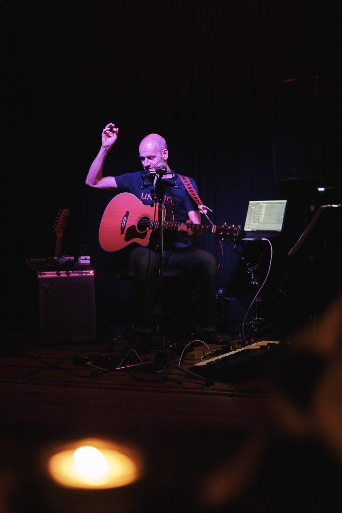 Lutz Drenkwitz spielt seine Songs auf der Bühne
